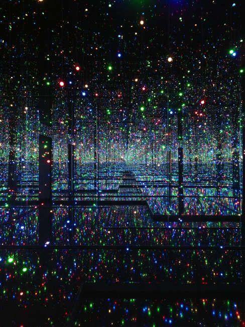Yayoi Kusama, Infinity Mirrored Room – Filled with the Brilliance of Life (blau), 2011/2017 (Tate © Yayoi Kusama)