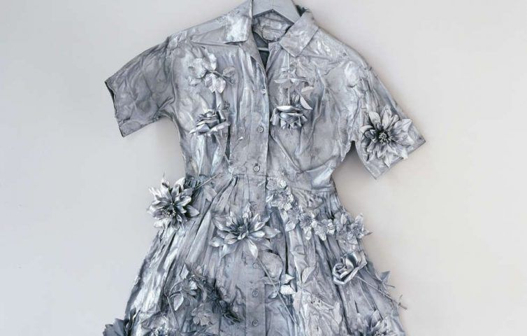 Yayoi Kusama, Silver Dress, Detail, 1966, Stoffkleid, Kunstblumen, Farbe, Kleiderbügel, 137 x 90 x 20 cm (mumok Museum moderner Kunst Stiftung Ludwig Wien, ehemals Sammlung Hahn, Köln, erworben 1978, Foto: mumok, © Yayoi Kusama, 2017)