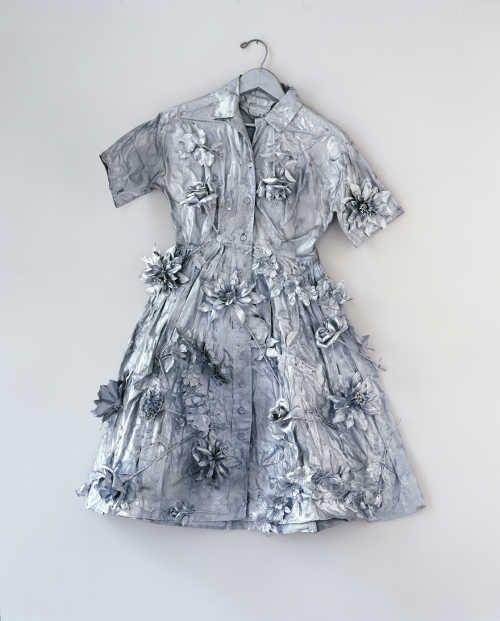 Yayoi Kusama, Silver Dress, 1966, Stoffkleid, Kunstblumen, Farbe, Kleiderbügel 115 x 57 x 20 cm (© Yayoi Kusama, Foto: mumok, Museum moderner Kunst Stiftung Ludwig Wien, ehemals Sammlung Hahn, Köln)