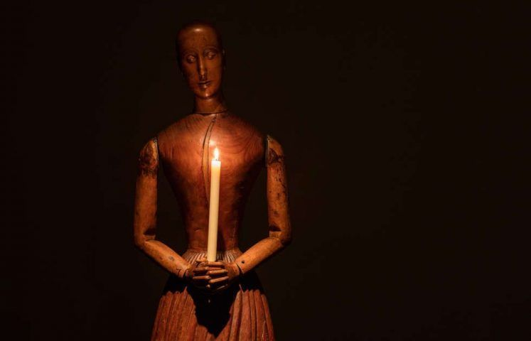 Ydessa Hendeles, Crypt, Detail, 2016: Santos figure holding a candle, Italien, um 18. Jhd., Installationsansicht: The Power Plant, Toronto, 2017, Foto: Robert Keziere