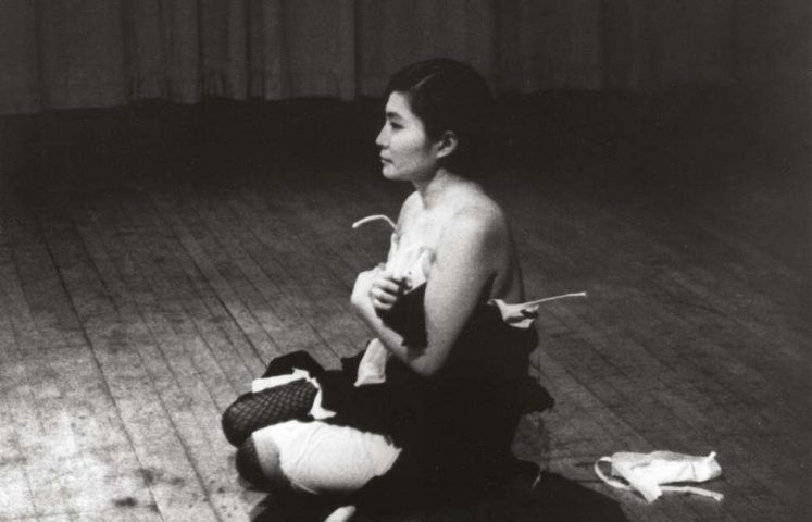 Yoko Ono, Cut Piece, 1964/1965, Performance Carnegie Recital Hall, New York City, 21. März 1965, Foto Minoru Niizuma, © Yoko Ono