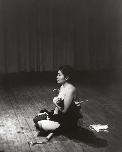 Yoko Ono, Cut Piece, 1964/1965, Performance Carnegie Recital Hall, New York City, 21.3.1965, Foto Minoru Niizuma, © Yoko Ono