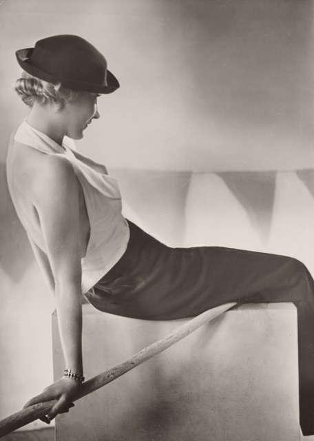 Yva, Reise- und Segelanzug, um 1932, Silbergelatine-Abzug, 23,1 × 16,6 cm (Städel Museum, Frankfurt am Main, Foto: Städel Museum, Frankfurt am Main)