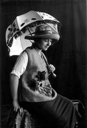 Zockoll (zg.), Sonia Delaunay mit bestickter Raffia, einer Tunica, Hut und Schirm der Casa Sonia, Madrid um 1920 © Pracusa 2017633