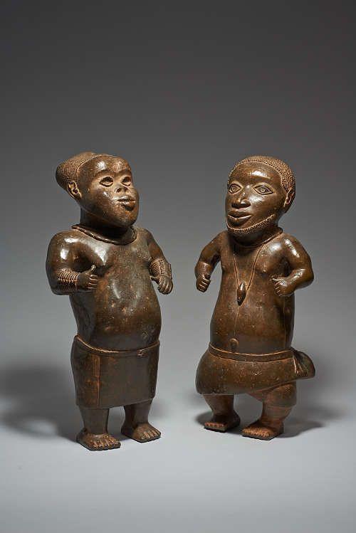 Zwei Hofzwerge, Königtum Benin, Nigeria, 14./15. Jh. Gelbguss, H. 59 cm; H. 60 cm (Weltmuseum Wien)