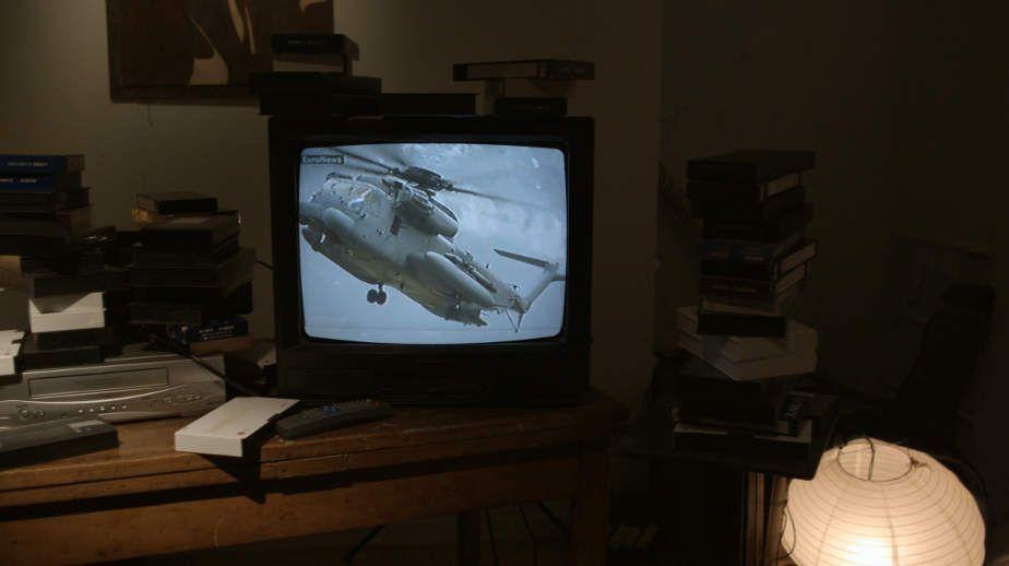 Adrian Paci, Still aus Electric Blue (Hubschrauber), 2010, HD Video, Farbe und Ton, ca. 15'30''© 2010 Adrian Paci.