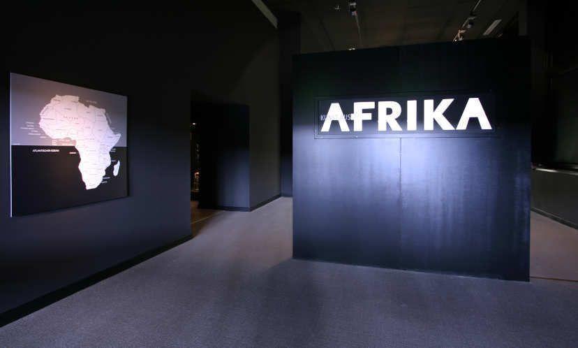Eingang zur Afrika-Ausstellung des Ethnologischen Museums in Berlin, Foto: Monika Zessnik © Ethnologisches Museum, Staatliche Museen zu Berlin – Preußischer Kulturbesitz