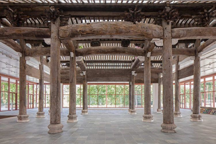 Ai Weiwei, Wang Family Ancestral Hall, 2015, Original carvings and painted replacements 1364,7 x 1451 x 939 cm © Ai Weiwei Studio, Foto: © Belvedere, Wien.