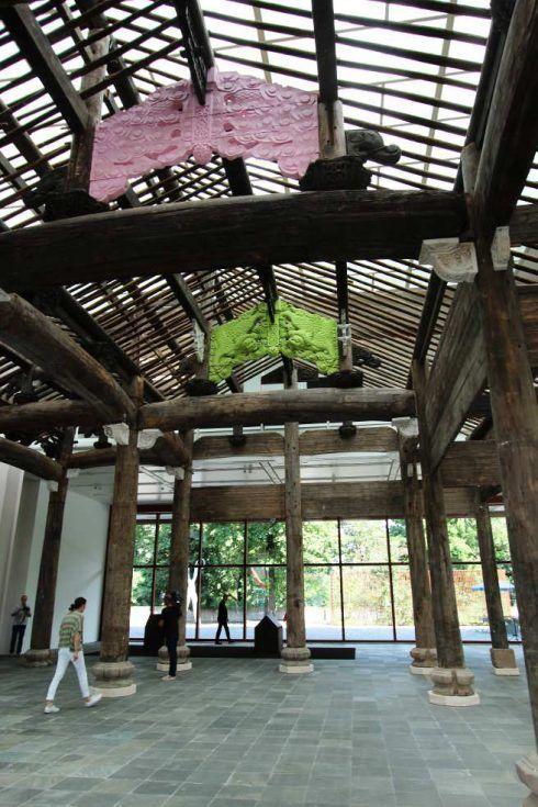 Ai Weiwei, Ahnenhalle der Familie Wang, Aufblick, Installation im 21er Haus, Foto: Alexandra Matzner.