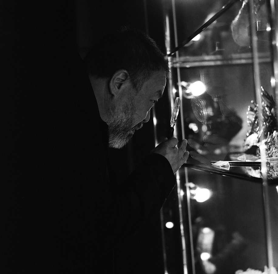 Ai Weiwei mit Lupe © Belvedere, Wien.