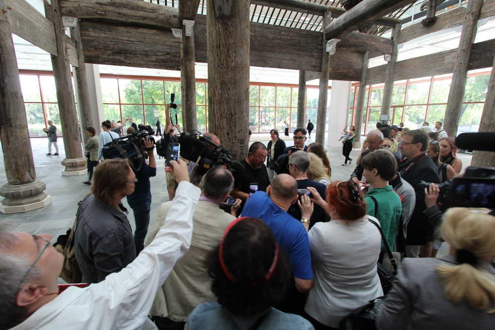 Superstar Ai Weiwei signiert nach der Pressekonferenz im 21er Haus, Foto: Alexandra Matzner.