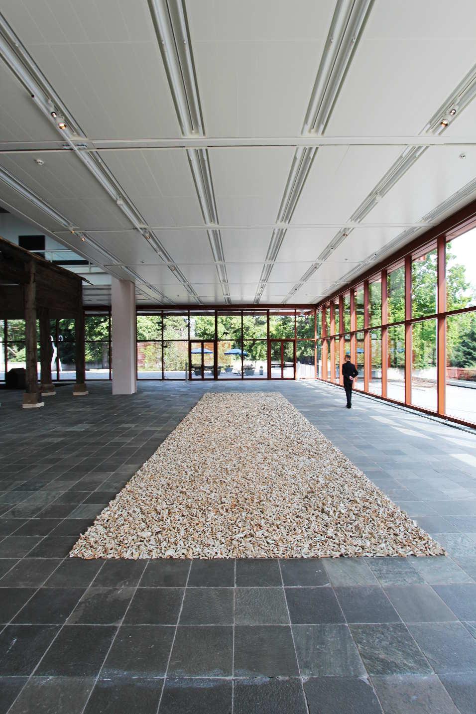 Ai Weiwei, Spouts, 2015, Keramik, 100,000 antique spouts from the Song to Qing dynasties; Installationsmaße: 1400 x 400 cm © Ai Weiwei Studio, Foto: © Alexandra Matzner.