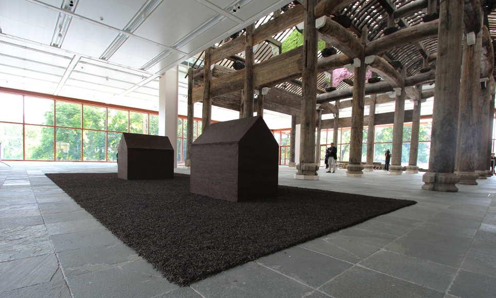 "Ai Weiwei, Teahouse, 2009, Gepresster ""Pu-Erh"" Tee; Installationsmaße: 800 x 400 cm; 180 x 120 x 180 cm jeweils © Ai Weiwei Studio, Foto: © Alexandra Matzner."