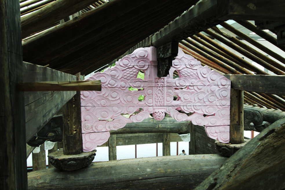 Weiwei, Ahnenhalle der Familie Wang, Dachstuhl mit ergänztem Teil, Installation im 21er Haus, Foto: Alexandra Matzner.