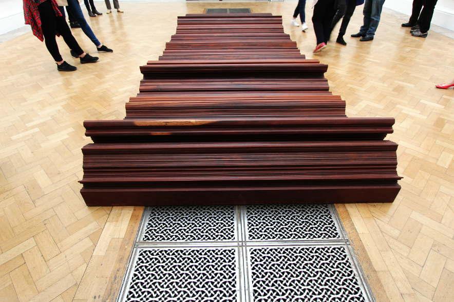 Ai Weiwei, Bed, 2004, Eisenholz von abgerissenen Tempeln der Qing Dynastie (1644–1911), 200 x 600 cm, Ausstellungsansicht Royal Academy, London 2015, Foto: Alexandra Matzner.