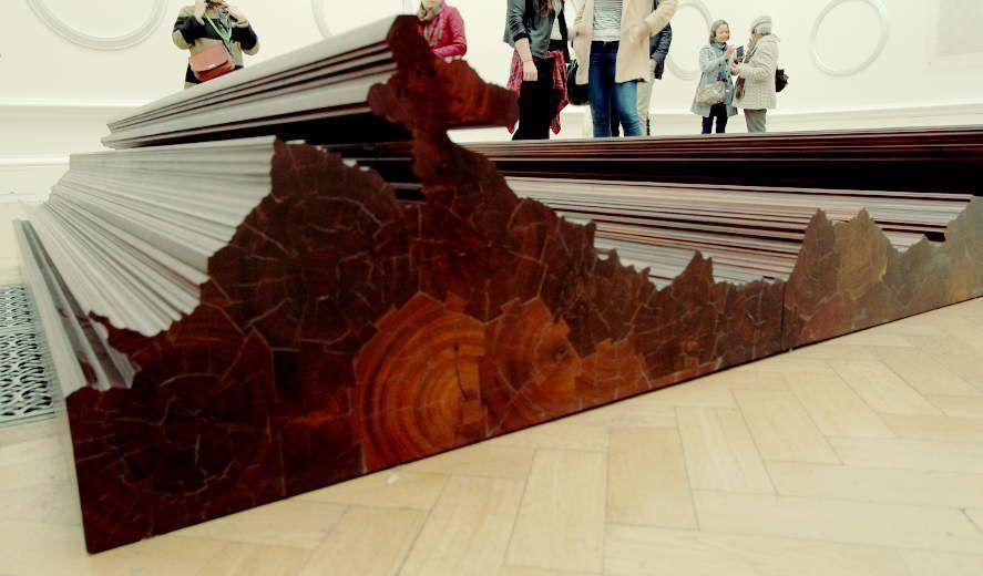 Ai Weiwei, Bed, Detail, 2004, Eisenholz von abgerissenen Tempeln der Qing Dynastie (1644–1911), 200 x 600 cm, Ausstellungsansicht Royal Academy, London 2015, Foto: Alexandra Matzner.