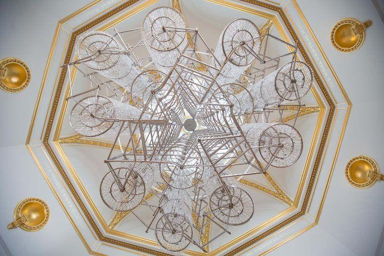 Ai Weiwei, Bicycle Chandelier, 2015, Fahrräder und Kristalle, 500 x 430 cm, Ausstellungsansicht Royal Academy, London 2015, Foto: Royal Academy of Arts, London, Photography © Dave Parry. © Ai Weiwei.