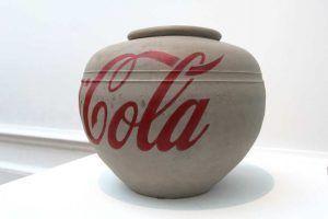 Ai Weiwei, Coca Cola Vase (Cola), 2014, Vase aus der Han Dynastie (206 vor Chr. - 220 nach Chr.), Industriefarbe, 42 x 42 x 35 cm, Ausstellungsansicht Royal Academy, London 2015, Foto: Alexandra Matzner.