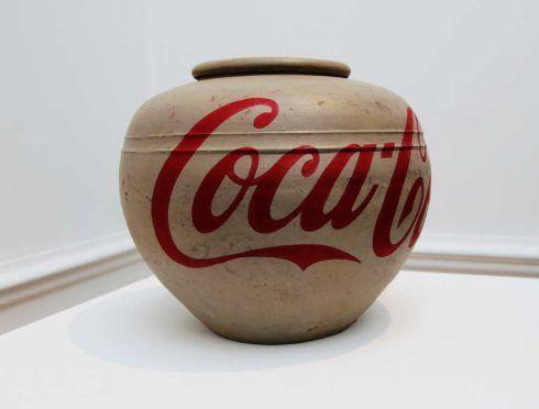 Ai Weiwei, Coca Cola Vase (Coca), 2014, Vase aus der Han Dynastie (206 vor Chr. - 220 nach Chr.), Industriefarbe, 42 x 42 x 35 cm, Ausstellungsansicht Royal Academy, London 2015, Foto: Alexandra Matzner.