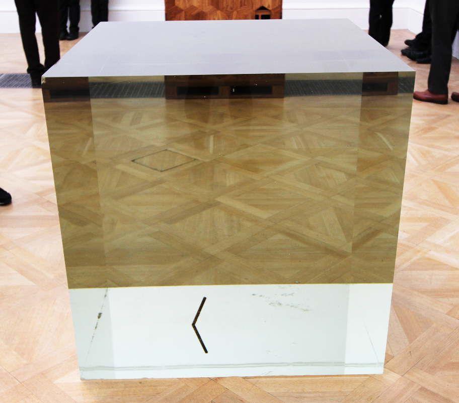 Ai Weiwei, Crystal Cube, 2014, Kristall, 100 x 100 x 100 cm), Ausstellungsansicht Royal Academy, London 2015, Foto: Alexandra Matzner.