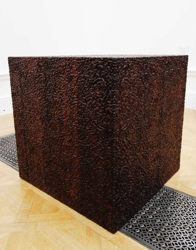 Ai Weiwei, Cube in Ebony, 2009, Rosenholz, 100 x 100 x 100 cm), Ausstellungsansicht Royal Academy, London 2015, Foto: Alexandra Matzner.