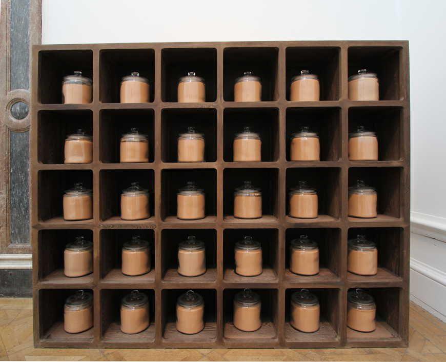 Ai Weiwei, Dust to Dust, 2008, 30 Glasbehälter mit Staub von jungsteinzeitlicher Keramik (5000–3000 vor Chr.), Holzregal, 200 x 240 x 36 cm, Ausstellungsansicht Royal Academy, London 2015, Foto: Alexandra Matzner.