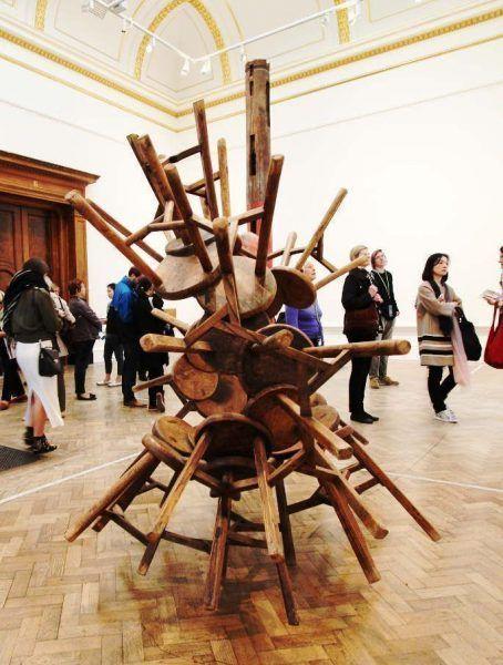 Ai Weiwei, Grapes, 27 Holzstühle aus der Qing Dynastie (1644–1911), 148 x 196 x 188 cm, Ausstellungsansicht Royal Academy, London 2015, Foto: Alexandra Matzner.