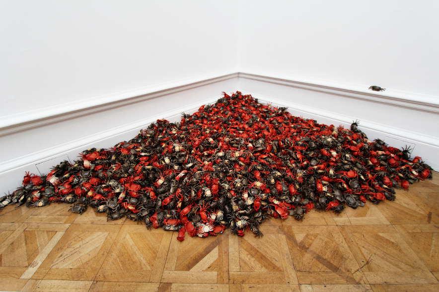 Ai Weiwei, He Xie (Krabben), 2011, Porzellan, 3.000 Stücke, je 5 x 25 x 10 cm, Ausstellungsansicht Royal Academy, London 2015, Foto: Alexandra Matzner.