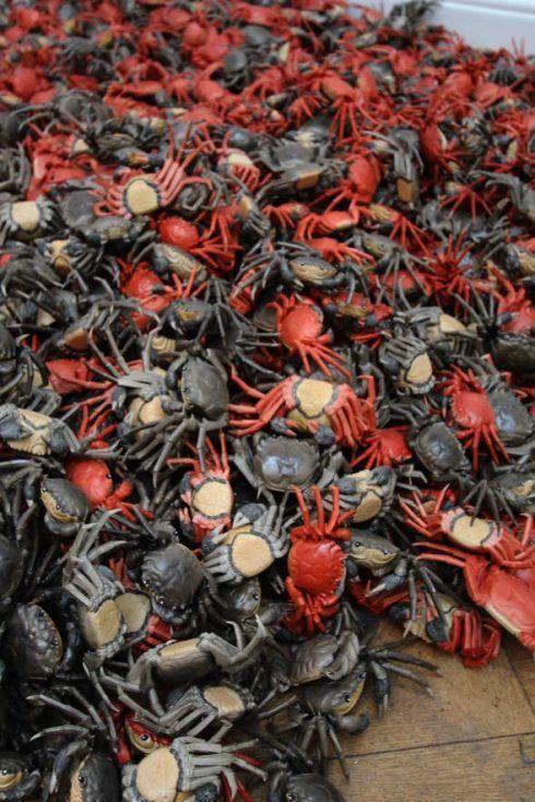 Ai Weiwei, He Xie (Krabben), 2011, Detail, Porzellan, 3.000 Stücke, je 5 x 25 x 10 cm, Ausstellungsansicht Royal Academy, London 2015, Foto: Alexandra Matzner.