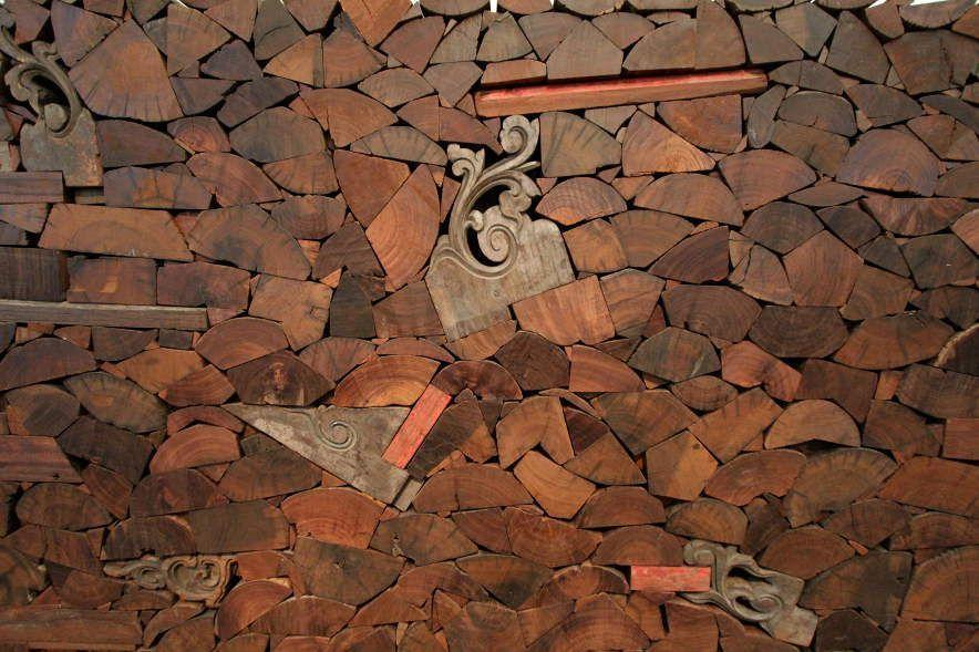 Ai Weiwei, Kippe, Detail, 2006, Eisenholz (tieli wood) von abgerissenen Tempeln der Qing Dynastie (1644–1911) und Balken aus Eisen, 182 x 286 x 104 cm, Ausstellungsansicht Royal Academy, London 2015, Foto: Alexandra Matzner.