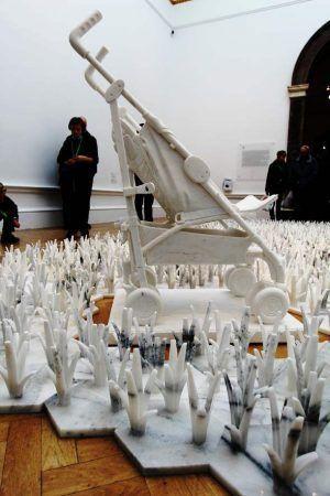 Ai Weiwei, Marble Stroller, 2014, Marmor, 115 x 87 x 49 cm, Ausstellungsansicht Royal Academy, London 2015, Foto: Alexandra Matzner.