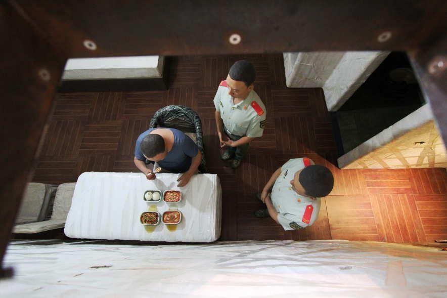 Ai Weiwei, S.A.C.R.E.D., 2012, Blick von oben auf eines des sechsteiligen Dioramas: Essen, Fiberglas, Eisen, oxidiertes Metall, Holz, Polystyrol, Klebeband, je 377 x 198 x 153 cm, Ausstellungsansicht Royal Academy, London 2015, Foto: Alexandra Matzner.