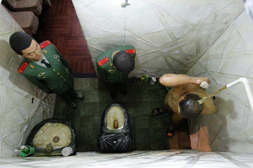 Ai Weiwei, S.A.C.R.E.D., 2012, sechsteiliges Diorama: Reinigung (Dusche), Fiberglas, Eisen, oxidiertes Metall, Holz, Polystyrol, Klebeband, je 377 x 198 x 153 cm, Ausstellungsansicht Royal Academy, London 2015, Foto: Alexandra Matzner.