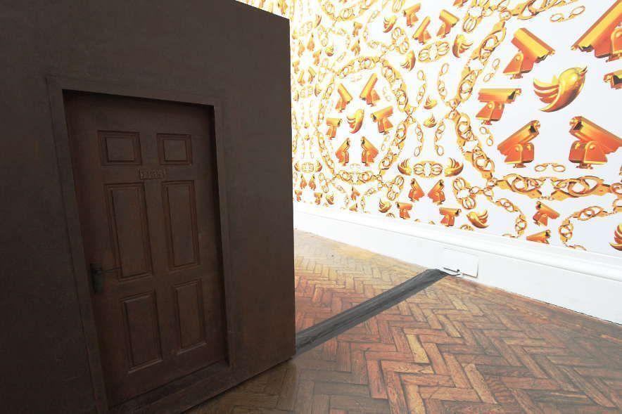 Ai Weiwei, S.A.C.R.E.D., 2012, Tür und Wandtapete, oxidiertes Metall, Holz, Polystyrol, Klebeband, je 377 x 198 x 153 cm, Ausstellungsansicht Royal Academy, London 2015, Foto: Alexandra Matzner.