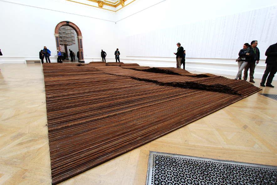 Ai Weiwei, Straight, 2008–2012, Stahlträger, 12 x 6 m, Hintergrund: Names of the Student Earthquake Victims Found by the Citizens' Investigation, 2008–2011, Ausstellungsansicht Royal Academy, London 2015, Installationsfoto: Alexandra Matzner.