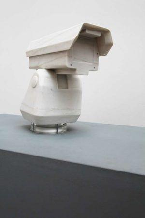 Ai Weiwei, Surveillance Camera and Plinth, 2015, Marmor, 52 x 52 x 117.5 cm, Ausstellungsansicht Royal Academy, London 2015, Foto: Alexandra Matzner.