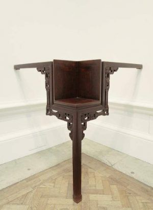 Ai Weiwei, Table with Three Legs, 2011, Tisch aus der Qing Dynastie (1644–1911), 117 x 81 x 169 cm, Ausstellungsansicht Royal Academy, London 2015, Foto: Alexandra Matzner.