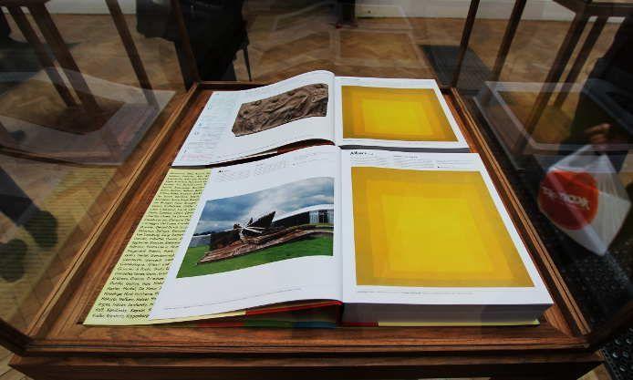 Ai Weiwei, The Art Book, 2014, zwei Bücher hg. von Phaidon Press, jedes 29 x 26 x 5,7 cm, Ausstellungsansicht Royal Academy, London 2015, Foto: Alexandra Matzner.