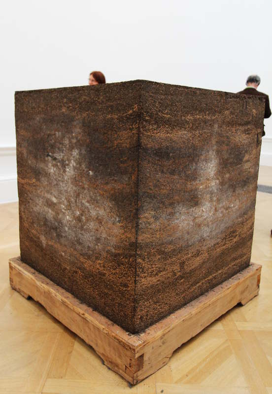 Ai Weiwei, Ton of Tea, 2008, eine Tonne gepresster Tee, 100 x 100 x 100 cm), Ausstellungsansicht Royal Academy, London 2015, Foto: Alexandra Matzner.