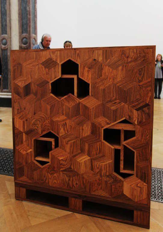 Ai Weiwei, Treasure Box, 2014, Huanghuali Holz (seltene Sorte des Rosenholzes), 100 x 100 x 100 cm), Ausstellungsansicht Royal Academy, London 2015, Foto: Alexandra Matzner.