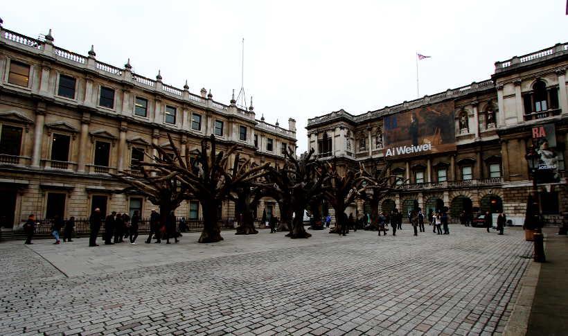 Ai Weiwei, Tree, 2009–2010/2015, Baumstämme und Stahl, verschiedene Größen, Ansicht des Hofes der Royal Academy, London 2015, Foto: Alexandra Matzner.