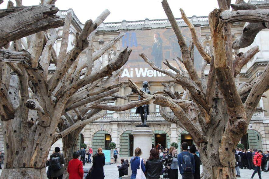 Ai Weiwei, Tree, 2009–2010/2015, Baumstämme und Stahl, verschiedene Größen, Ausstellungsansicht Royal Academy, London 2015, Foto: Alexandra Matzner.