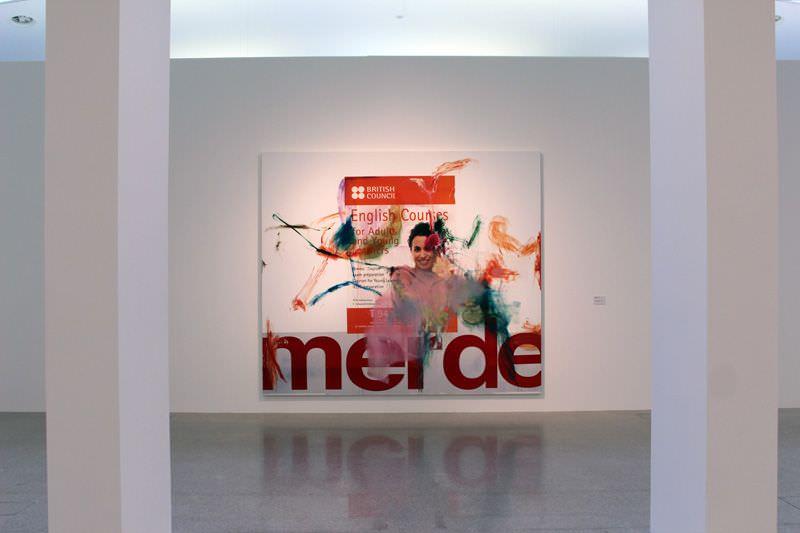 Albert Oehlen. Malerei, Installationsansicht mit English Courses, Öl und Papier auf Leinwand, 2008, Privatsammlung, Installationsaufnahme: Alexandra Matzner.