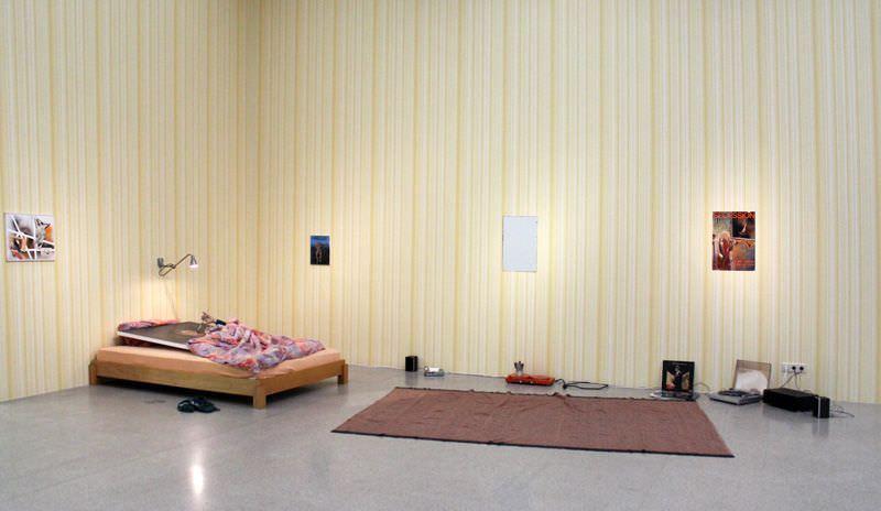 Albert Oehlen, Ohne Titel, 2005, Installation Selbstporträts, gesamt, Acryl auf Leinwand 170 x 110 cm, verschiedene Materialien, Sammlung Julie Sylvester, Installationsaufnahme: Alexandra Matzner.