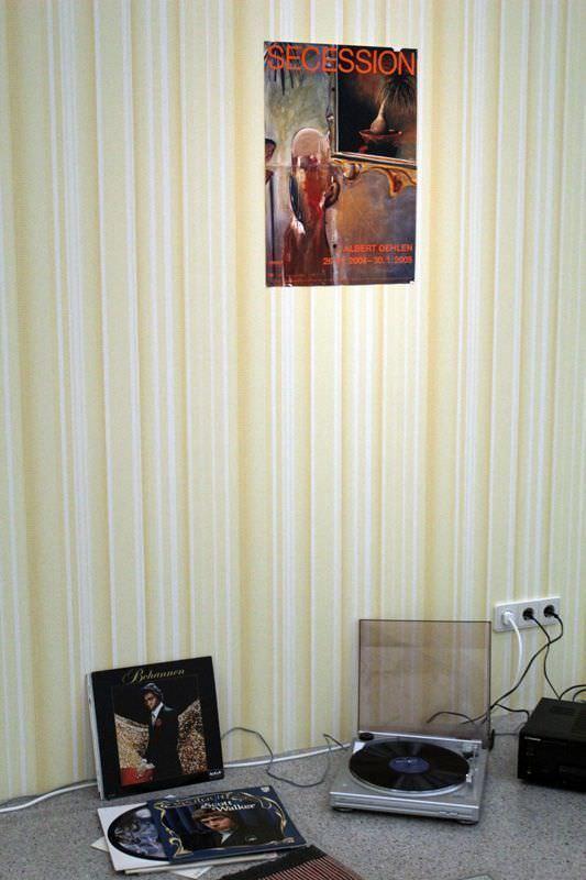 Albert Oehlen, Ohne Titel (Secessionsplakat Oehlen), 2005, Installation Selbstporträts, Acryl auf Leinwand 170 x 110 cm, verschiedene Materialien, Sammlung Julie Sylvester, Installationsaufnahme: Alexandra Matzner.