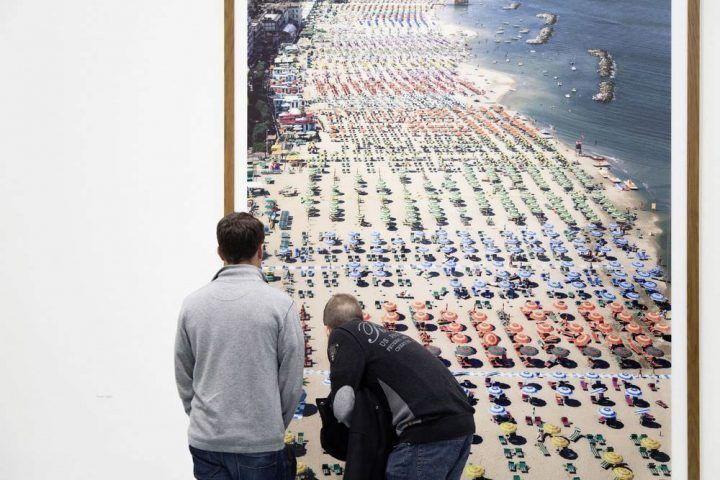 Blick in die Ausstellung ANDREAS GURSKY im Museum Kunstpalast, Düsseldorf. Rimini, 2003, 298 x 207 cm, © Andreas Gursky / VG Bild-Kunst, Bonn 2012 Courtesy Sprüth Magers Berlin London. Foto: Julia Reschucha, Medienzentrum Rheinland