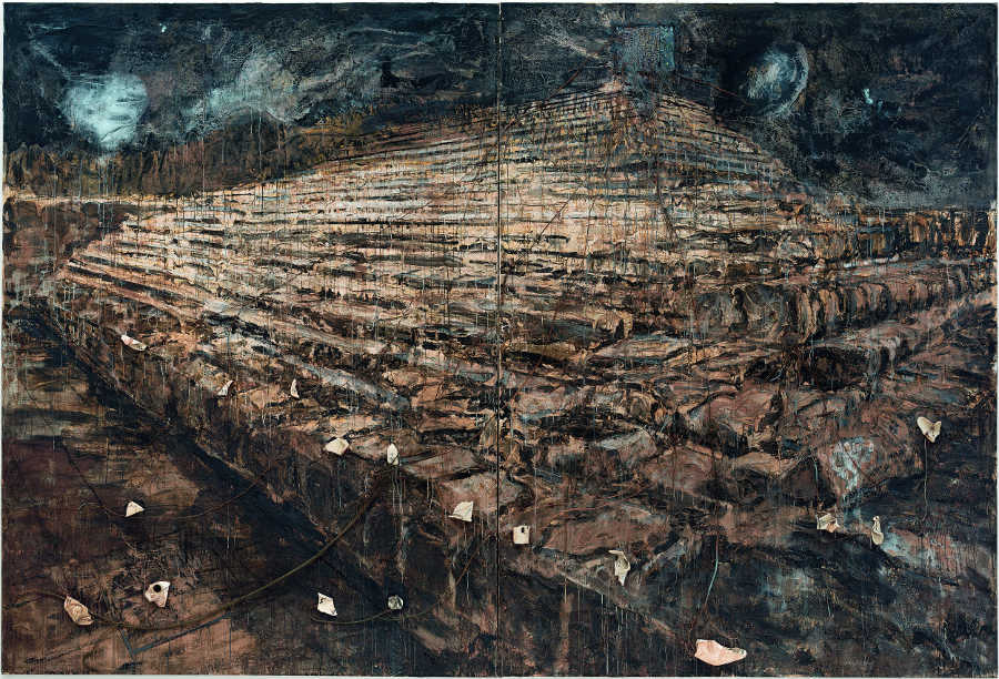 Anselm Kiefer, Osiris und Isis, 1985–1987, Öl, Acryl, Emulsion, Tonscherben, Porzellan, Blei, Kupferdraht auf Leinwand, 379,7 x 561,3 x 24,1 cm (San Francisco Museum of Modern Art, purchase through a gift of Jean Stein by exchange, the Mrs. Paul L. Wattis Fund, and the Doris and Donald Fisher Fund) © Anselm Kiefer / Foto: Ben Blackwell.