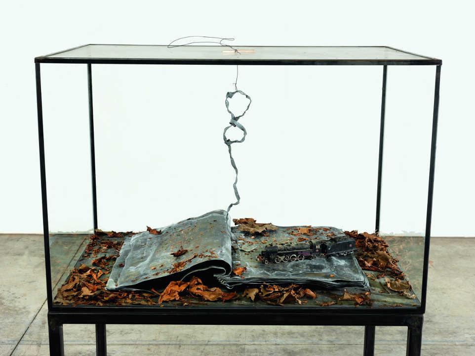 Anselm Kiefer, Ouroboros, 2014, Glas, Metall, Blei, getrocknete Blätter und Plastik, 132 x 90 x 60 cm (Privatsammlung) Foto: © Georges Poncet.