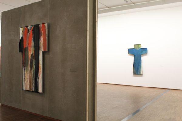 Arnulf Rainer, Ausstellungsansicht (Kreuze), Foto: Alexandra Matzner.