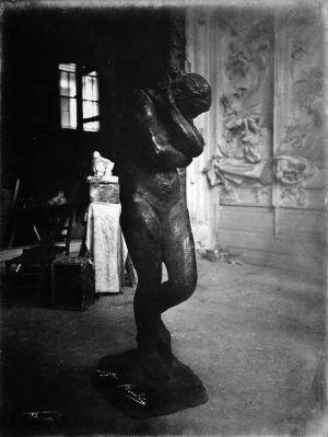 Eugène Druet, Eva im Hôtel Biron (Auguste Rodin), um 1910, Silbergelatineabzug (Musée Rodin, Paris)